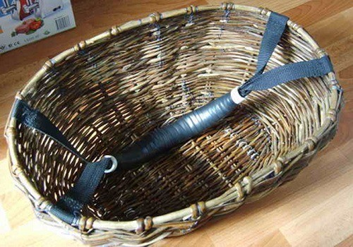 К корзине ручка крепится нитками в четырех местах. Получается прочно и устойчиво. К тому же ручка не мешается при транспортировке.