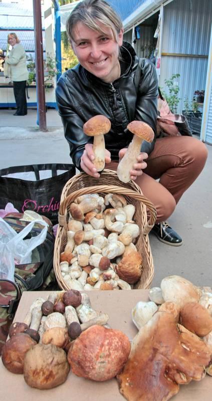 На брестском рынке грибы присутствуют уже вторую неделю, хоть и не в изобилии. Утром в среду, 30 сентября, шесть человек продавали белые. У кого лукошко, у кого и две корзины.