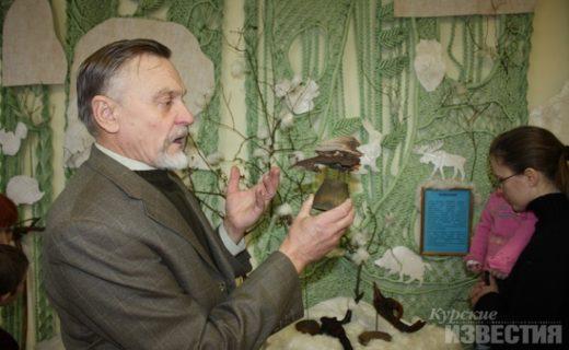 Вот уже три года, как пенсионер находит в лесу интересные по форме сучья, пни и корни деревьев. Для Ивана Арсентьевича это не дрова, а лесные скульптуры.