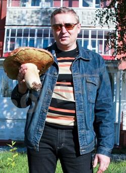 """Вес белого гриба-великана - 1 килограмм 220 граммов. Фото: """"Зори плюс"""""""