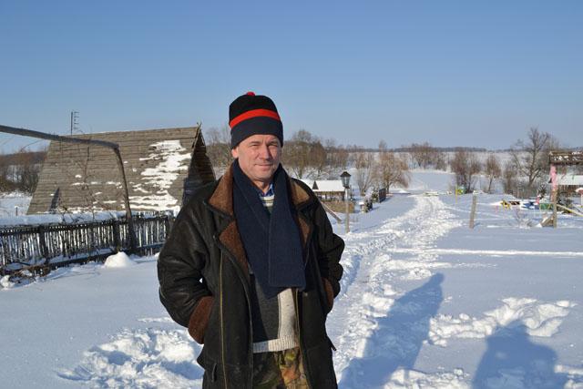 Вовремя посещения усадьбы Сергея Карпачева в Андреевке мое внимание привлекло обилие поделок, которыми украшены гостевые домики