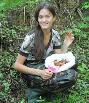 Светлана Голуб: - За пять минут - полпакета грибов! Фото: Фото Владимира ПОРЫВАЕВА.