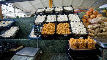 Почти 90 килограммов грибов с превышением уровня радиоактивных веществ было выявлено на рынках Москвы в 2013 году, сообщил специалист столичного комитета ветеринарии