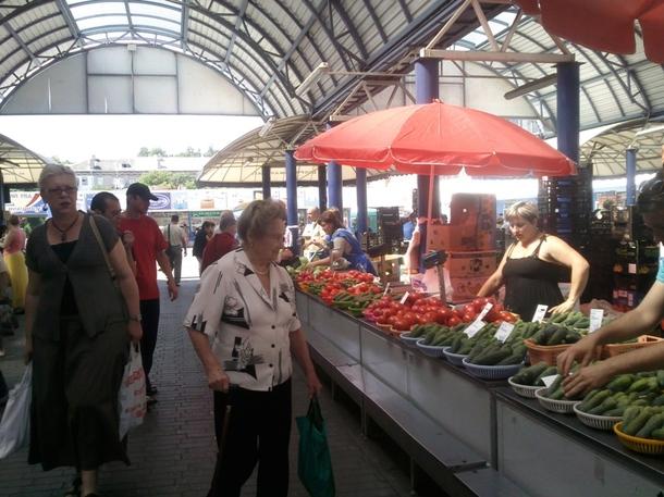 Продавцы на Комаровском рынке в Минске начали реализовывать чернику, правда, спрос пока небольшой. Цена за килограмм полезной ягоды сейчас колеблется от 40 до 60 тысяч рублей, в то время как в прошлом году ее стоимость не превышала 30 тыс. рублей в сезон.